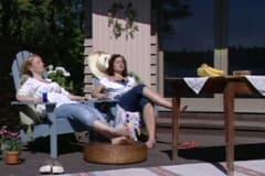 Alexandra och Anne njuter av solen