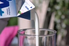 Yoghurt hälls upp i kannan