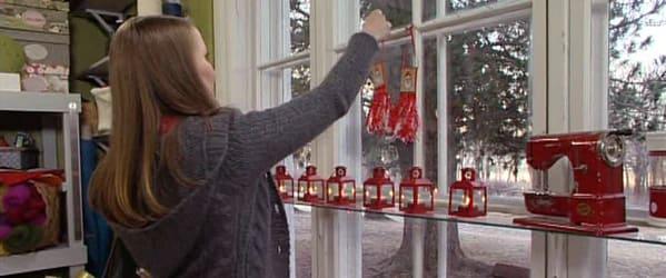 Lee hänger upp de färdiga smällkaramellerna i fönstret