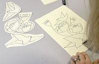 Camilla ritar och planerar dukens motiv