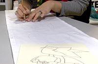 Motiven ritas på tyget med blyertspenna