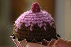 Virka ett litet hallon, en liten blomma eller sy fast pärlor som strössel
