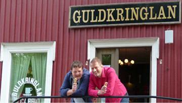 Michael och Matias njuter av tillvaron utanför Guldkringlans café