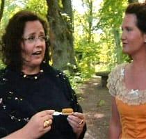 Pia Maria och Pia-Maria begrundar mustaschborsten och graveringen på den