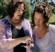 Piamaria och Pia-Maria beundrar sockerströaren