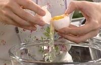 Äggulan skiljs från äggvitan