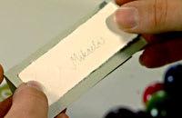 Skriv namn och limma fast