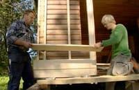 Johan och Jim lägger fjällpanelen