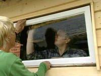 Den gamla fönsterkarmen med ny ruta och tätning passar perfekt in