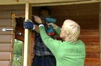 Johan och Jim installerar ny ram för dörröppningen