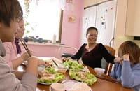 Gemensam måltid på vårrullar