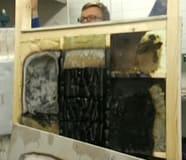 Johan håller upp brandväggen.