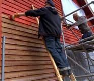 Jim och Johan målar vägg.