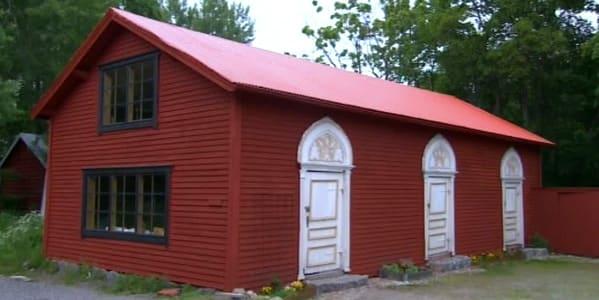 Gårdshuset färdigt målat