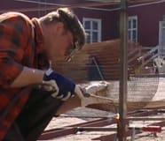 Johan svetsar ihop staketets stomme class=