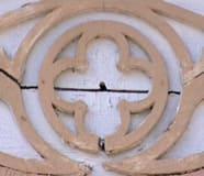 Den gamla foderdekorationen som finns ovanför ytterdörren