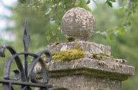 Grindstolpe av sten
