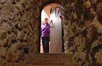 Elisabeth vid ingången till Olavis underjordiska bostad
