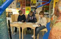 Skolelever studerar i sagomiljö