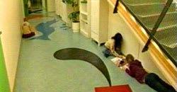 På golven har färgglada figurer målats