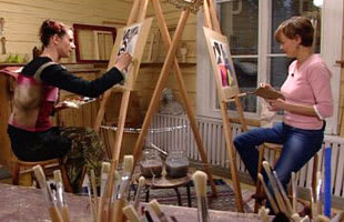 Hannah och Susanna testar färger