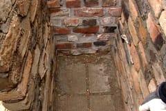 Ugnens stomme muras på golvplattorna