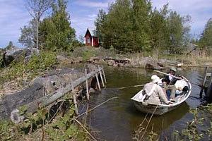 Elisabeth och Evald ror till fiskarbastun