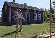 När gräsmattan rullats ut gäller det att vattna, vattna, vattna