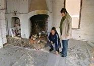 Elisabeth och Catarina inspekterar golvet