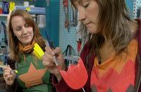 Catharina och Lee målar trätulpaner