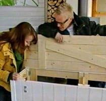 Lee och Jim inspekterar bänkens förvaringsutrymme