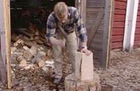 Tomas hugger till formen grovt