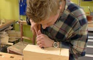 Tomas dekorerar kubbpjäs