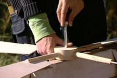 Propellerbladen sätts i navet och skruvas fast