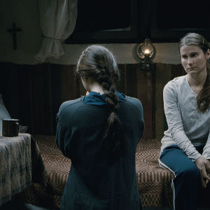 Cosmina Stratan (selin) ja Cristina Flutur elokuvassa Yli vuorten