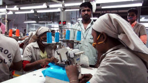 Suomalaisten vaatemerkkien paitoja ommellaan Bangladeshin tehtaassa