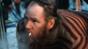 En äldre man med en cigarett i munnen