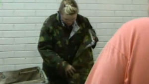 Kvinna testar sin arméutrustning