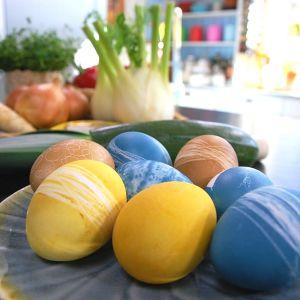 Ägg färgade med naturliga råvaror