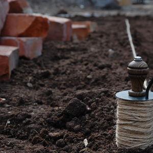 Lintråd som hjälp till att få raka rader för plantering i potagereträdgården på Strömsö