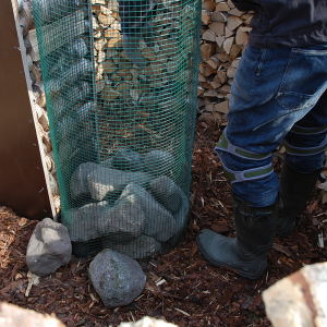 Kompostgaller fylld med stenar