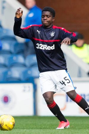 Serge Atakayi värmer upp i Skottland.