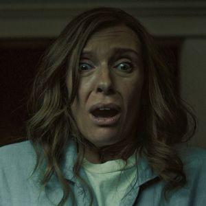 Närbild på Annie (Toni Colette) som ser skräckslagen ut.