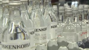 Koskenkorvaflaskor i en fabrik
