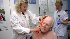 Marja Estola hoitaa potilaansa tinnitusta kylmävenyttelyhoidolla.