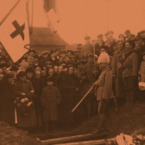 Terijoen rintamaosan kovaotteinen komentaja Heikki Kaljunen pitämässä puhetta punaisten hautajaisissa Terijoen kirkkopihalla.