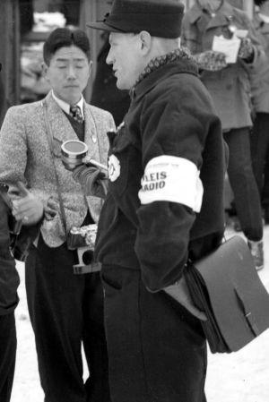 Yleisradion urheiluselostaja Pekka Tiilikainen (oikealla) Salpausselän kisoissa
