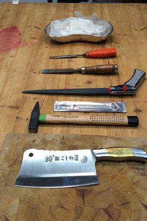 knivar på ett träbord