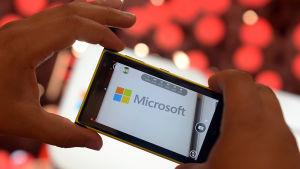 En mobiltelefon med Microsofts logotyp på skärmen.