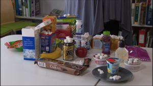 livsmedel innehållande mycket socker på ett bord